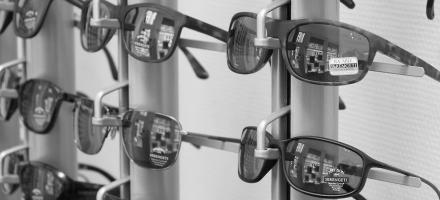 Zonnebrillen in winkel